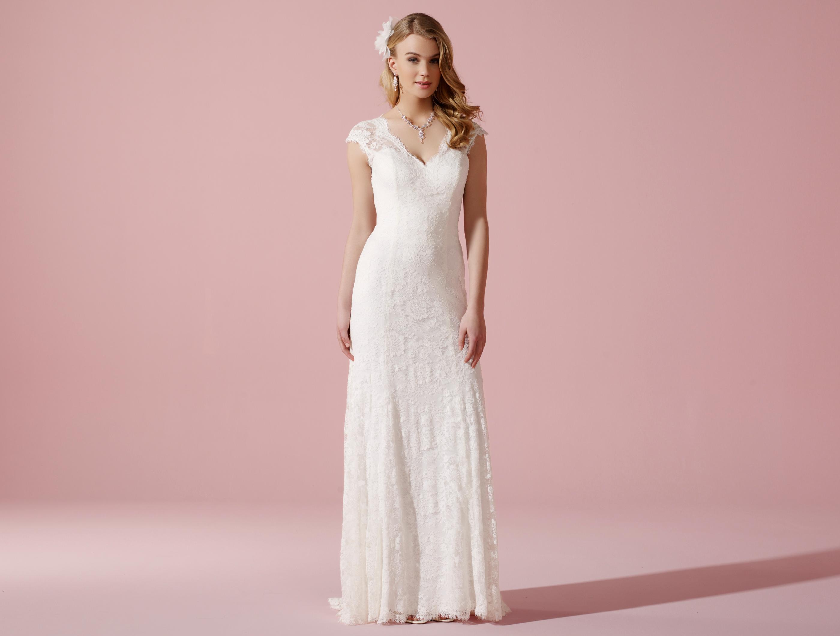Schmales Brautkleid aus floraler Spitze und mit Illusions-Ausschnitt