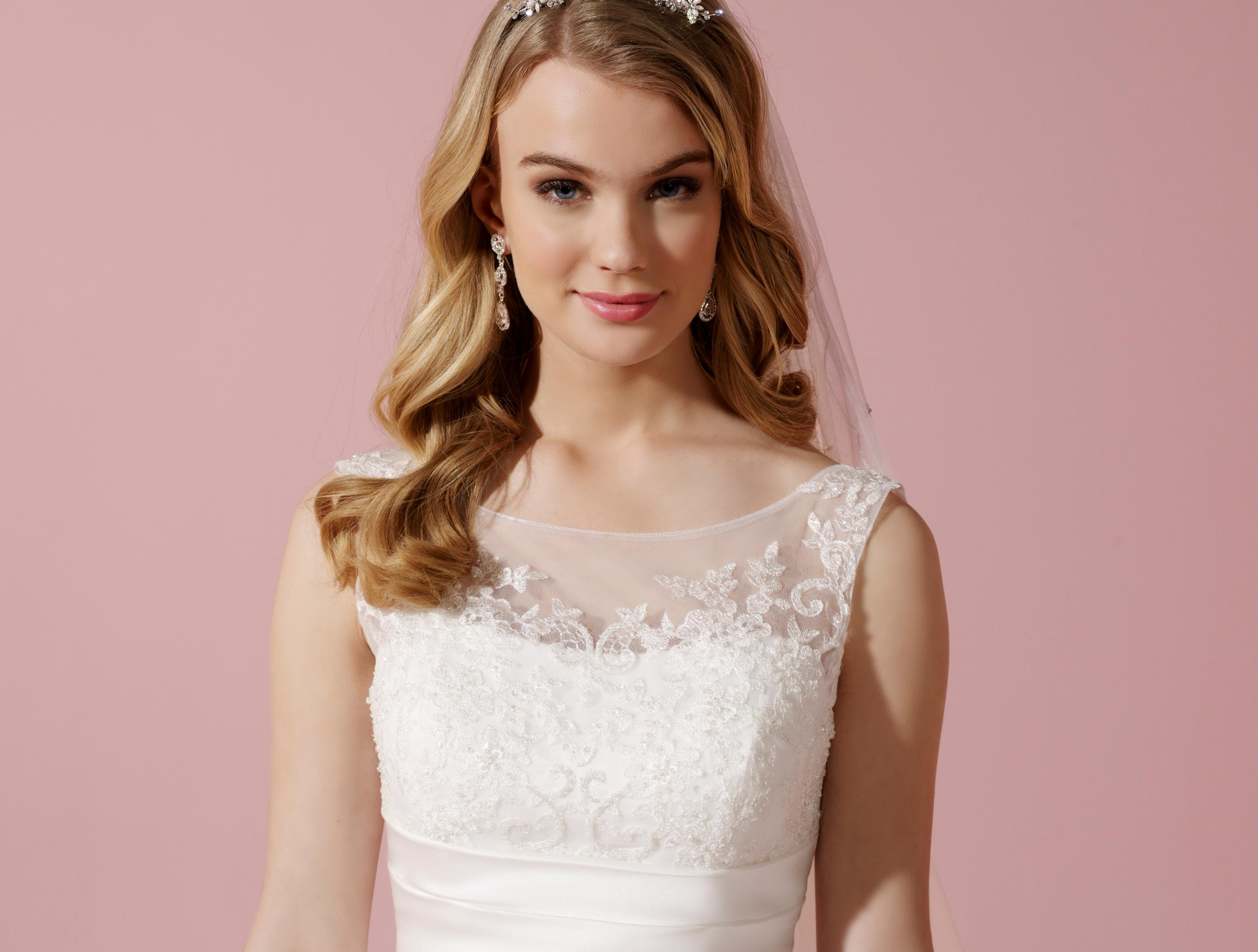 Bezauberndes Satin-Brautkleid mit Illusions-Ausschnitt und Drapierungen