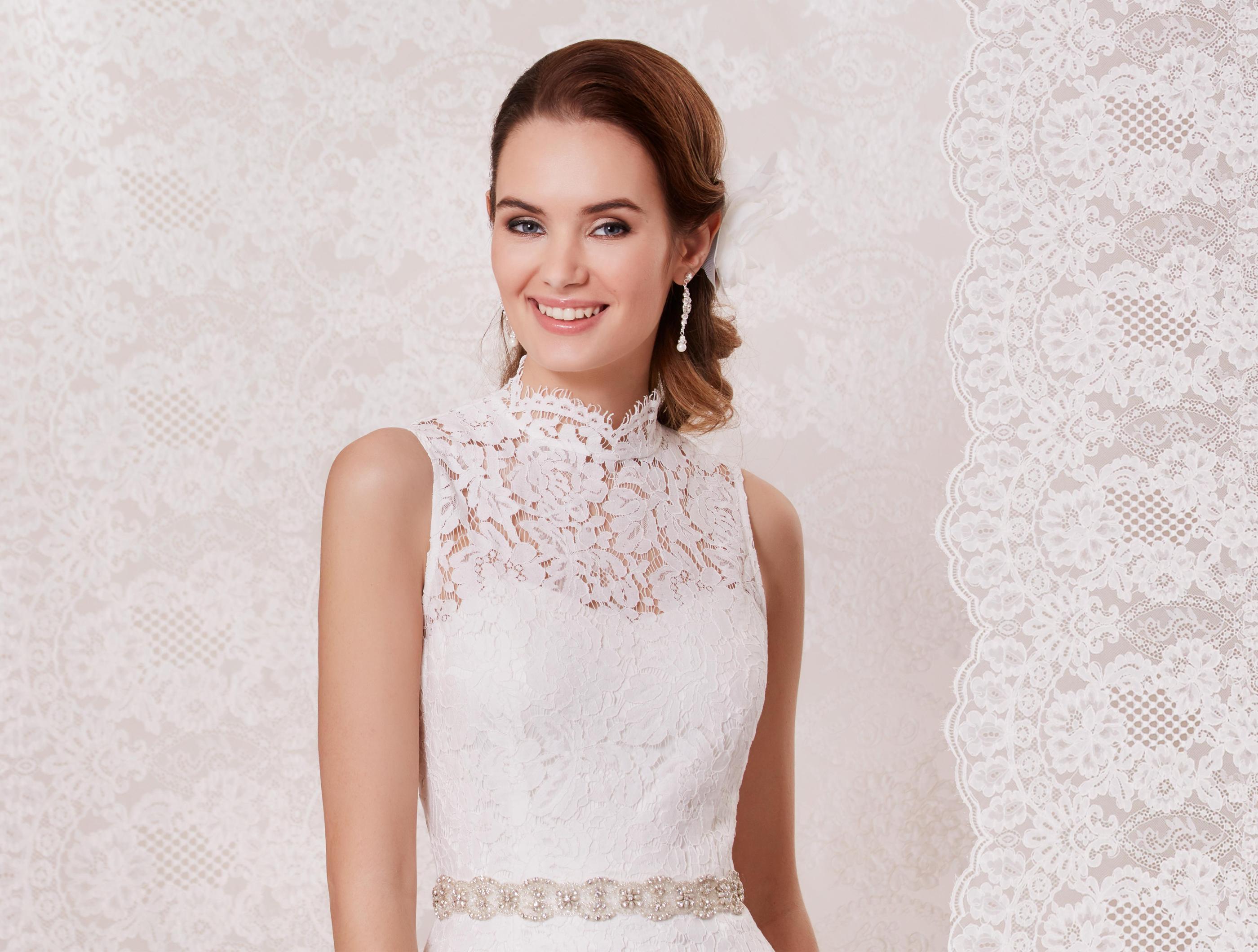 Kurzes Spitzen-Etui-Kleid mit Stehkragen